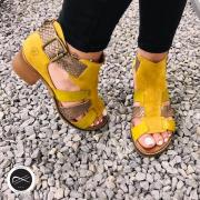 ☀️ un peu de soleil pour égayer votre journée avec ce pied nus bi-matière de la marque Casta! Disponible sur notre site ⬇️  https://soulierscompagnie.com/sandales-et-nu-pieds/1734-11651-cubra.html#/1-matiere_interieure-cuir/4-taille-35/13-matiere_dessus-cuir/14-semelle_interieure-cuir/94-couleur_generique-jaune/216-couleur-jaune