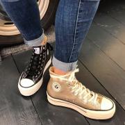On aime son plateau compensé qui nous donne de la hauteur ❤️ #victoria #victoriashoes #sneakers #sneakersaddict #chaussuresfemme #chaussurescompensees #tenniscompensees