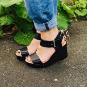 On aime ce ruban qui est amovible et modifiable à souhait !  #chaussures #chaussuresfemme #sandales #sandalesplateforme   A shopper sur notre site ⬇️ www.soulierscompagnie.com